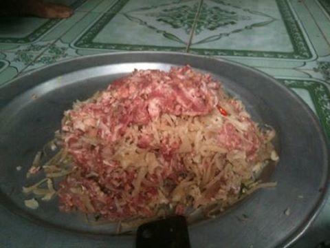 Món nem chạo Vị Thủy làm từ thịt lợn sống